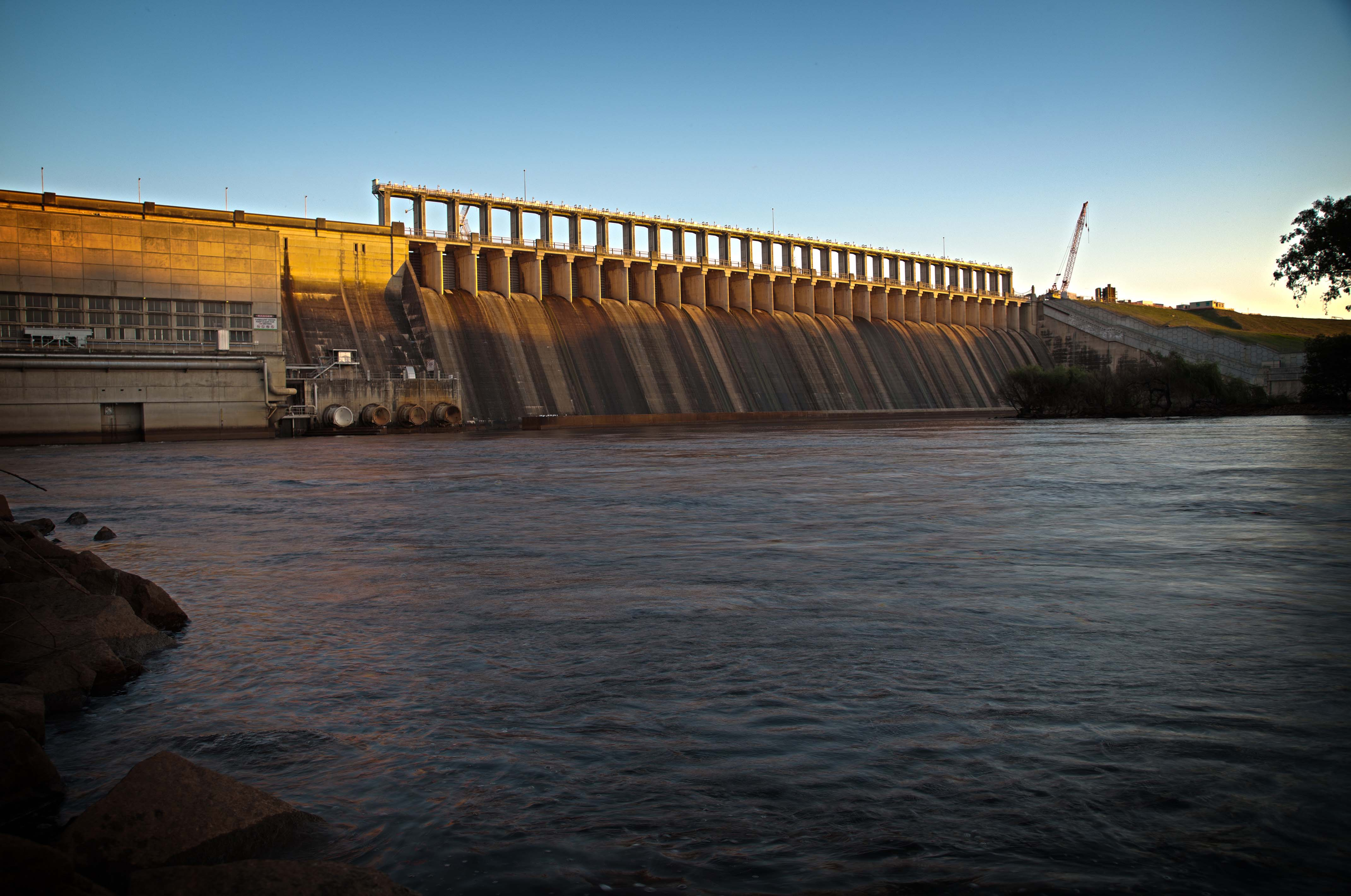A landscape picture of the Hume Dam at sunset